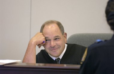 مايكل سكونتي : قاضي الأحكام الطريفة