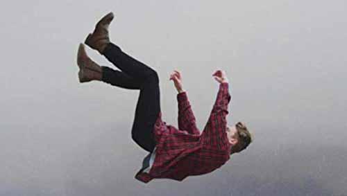 كيف تنجو لو سقطت من طائرة بدون مظلة؟