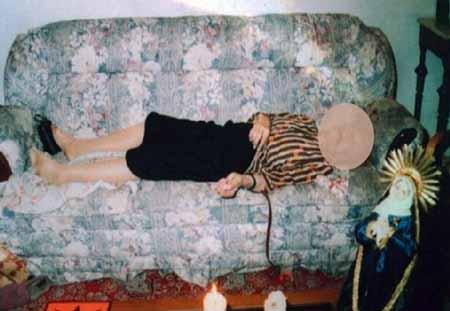 صورة من مسرح الجريمة .. احدى الضحايا العجائز .. خنقتها بسماعة الطبيب