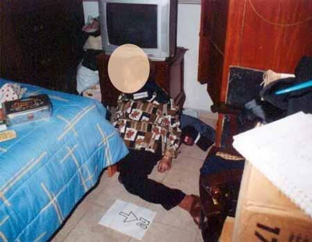 صورة من مسرح الجريمة .. ضحية اخرى .. خنقتها بقطعة قماش