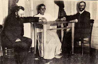 الوسيطة الروحية اوسابيا بلادينو .. تظهر هنا وهي ترفع طاولة في الهواء