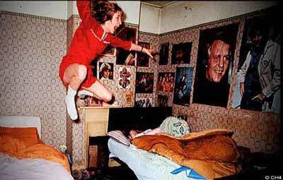 الصورة المشهورة من قضية انفيلد لفتاة تدعى جانيت ممسوسة تحلق في الهواء