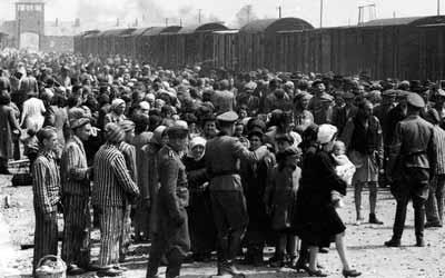 آلاف اليهود الالمان يقادون الى معسكرات الاعتقال .. والكثير منهم سيذهب الى عنابر الاعدام بالغاز فور وصوله