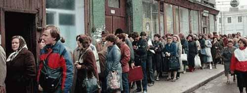 ايام الشيوعية .. اناس يقفون بالصف لساعات للحصول على الطحين والسكر