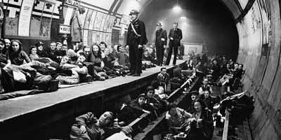 الناس في لندن يختبئون في انفاق المترو خشية القصف النازي