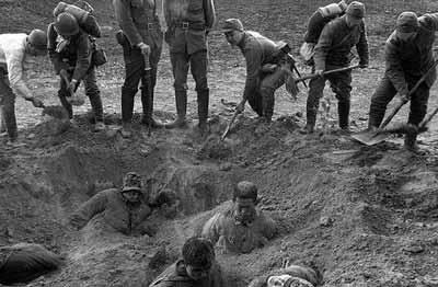 جنود يابانيون يدفنون جنود صينيون وهم احياء