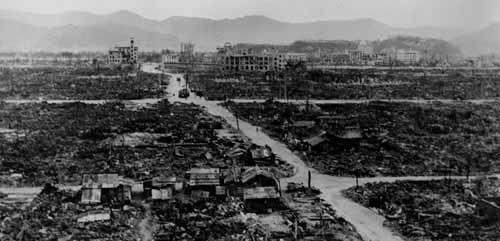 نيازاكي اليابانية وقد سويت بالارض بعد القصف النووي